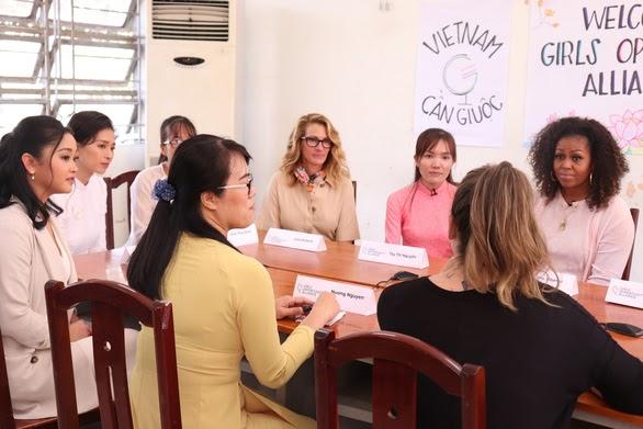 Bà Michelle Obama đã đại diện cho tổ chức Girls Opportunity Alliance đến thăm trường THPT Cần Giuộc